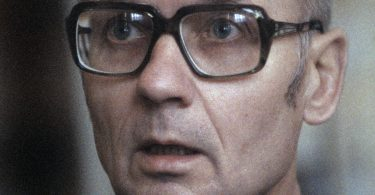 andrei-chikatilo-trial-1-375x195 10 Never-Before-Seen Photos of Andrei Chikatilo's Trial