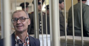 andrei-chikatilo-trial-6-375x195 10 Never-Before-Seen Photos of Andrei Chikatilo's Trial